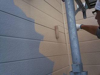 クリーンマイルドSiで金属サイディングの外壁を中塗り