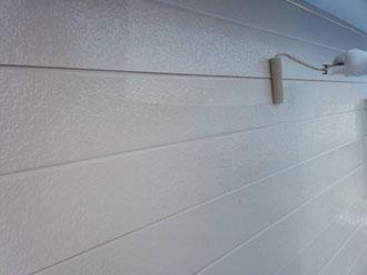 クリーンマイルドSiで金属サイディングの外壁を上塗り