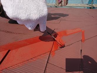 差し棟・棟板金に錆止め塗料を塗布