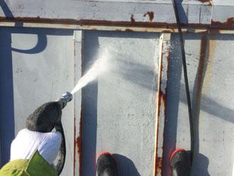 高圧洗浄で錆びや汚れ、旧塗膜を洗い流していきます