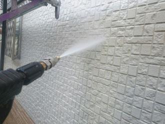 高圧洗浄でサイディングの表面に付着した汚れを除去