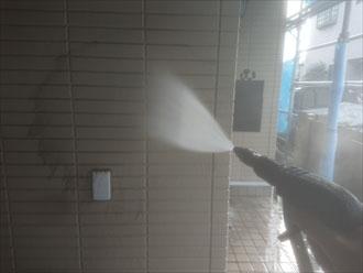 高圧洗浄で外壁に付着した汚れを除去