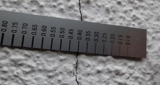 幅0.3mmを超えるクラックの写真