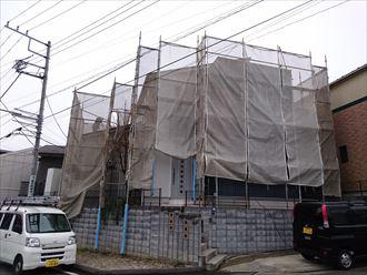 足場が仮設された住宅