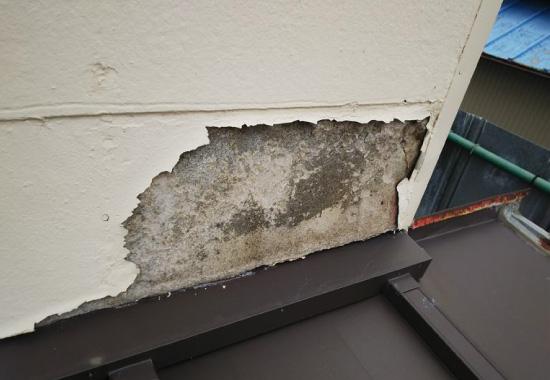 剥離しているモルタル外壁の写真