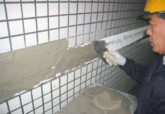 下地のモルタルを塗る