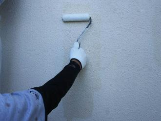 モルタル外壁に下塗りフィラー