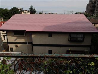 鮮やかなピンク色に塗り替え、船橋市で弱溶剤型高日射反射率塗料ワイド遮熱αシリーズを使用した屋根塗装工事