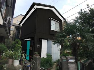 黒い外壁と水色の玄関