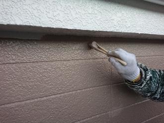 軒などの際は刷毛で塗装
