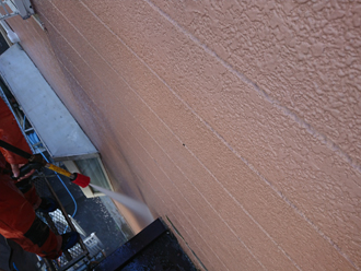 高圧洗浄で外壁の汚れ・旧塗膜を除去