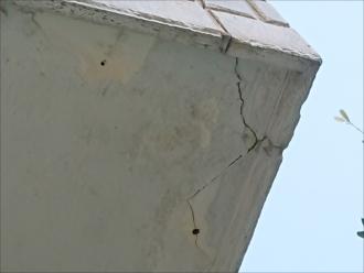 バルコニー上裏には亀裂が生じている為改修が必要です