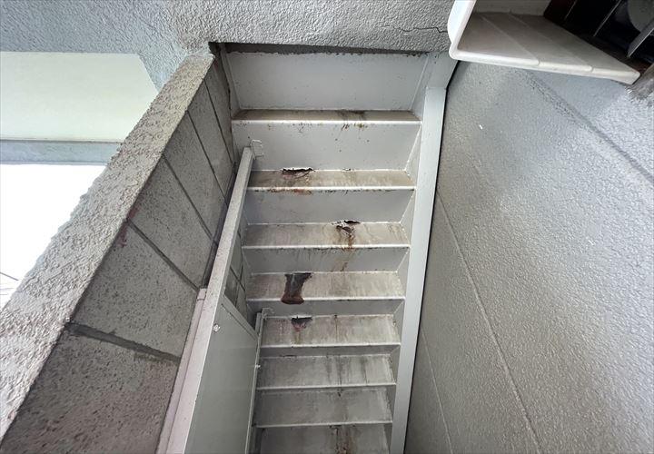 鉄製階段にサビ