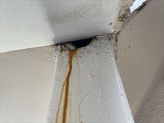 流山市南流山にてアパートの階段の点検をすると鉄製支柱に穴あきや廊下の床面にヒビ割れが確認できました