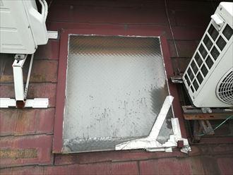 狛江市東野川にて天窓から雨漏りが発生したスレート屋根の調査、屋根塗装とシーリング補修を行う時期です