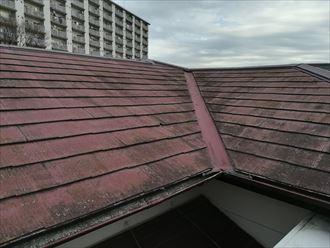汚れや劣化が目立つスレート屋根