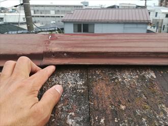 棟板金を固定している釘が抜けています
