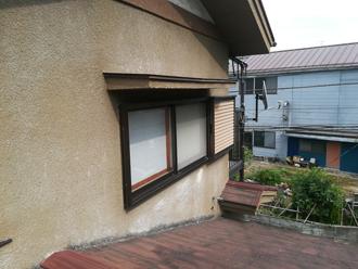 モルタル外壁には色褪せや劣化が見られました