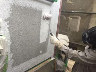 外壁を下塗りしている様子