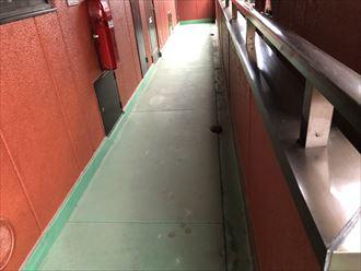 モルタル仕上げの廊下