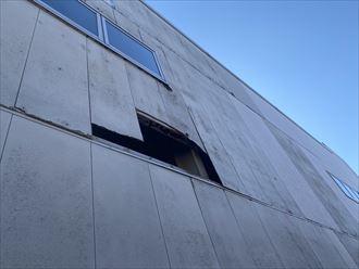 長生郡白子町にて強風による飛来物が原因で、外壁に穴が開いてしまった