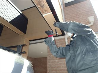 板橋区若木で雨漏りによって劣化した軒天を部分的な張替えで補修