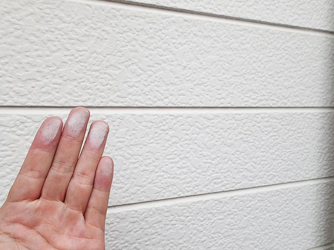手に白い粉がついてくる