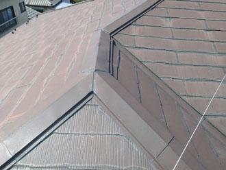 スレート屋根には雨染みや色褪せが目立ちました