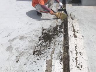 防水層に溜まっていた汚れを清掃