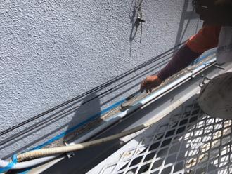 折板屋根と外壁の取り合いにシーラー塗布
