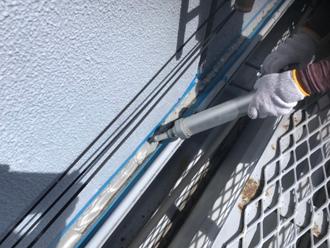 折板屋根と外壁の取り合いにシーリング塗布