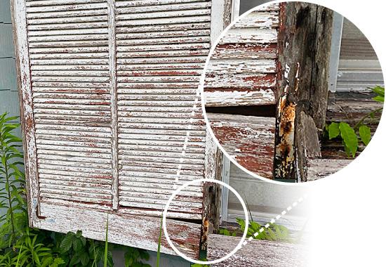 ぼろぼろになった木製の戸袋
