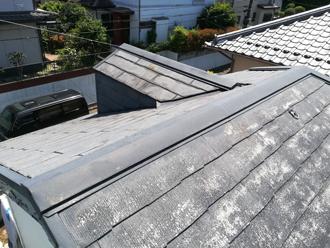 屋根塗装前の塗装が剥げかけたスレート屋根