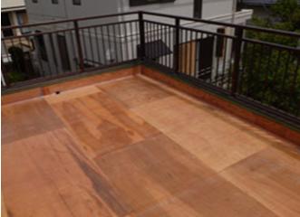 ガラスマットが敷かれた陸屋根