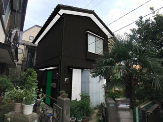 黒い外壁と緑の玄関