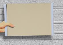 サンプルボードを外壁にあてて正面近くから見る