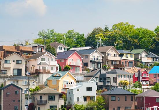 様々なカラーの家が建ち並ぶ周辺の外観