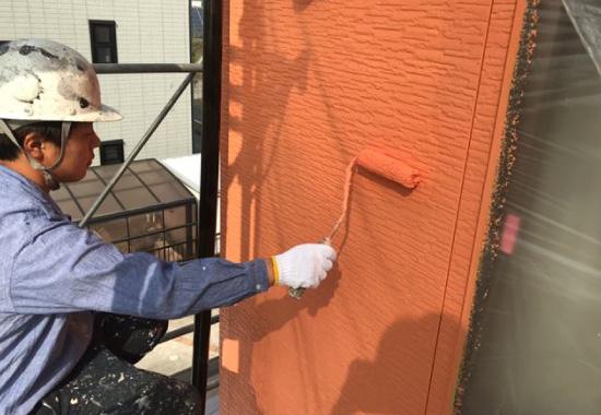 塗装をする作業員
