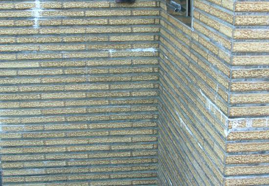 エフロレッセンスが発生した外壁