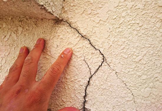 モルタル外壁にできたひび