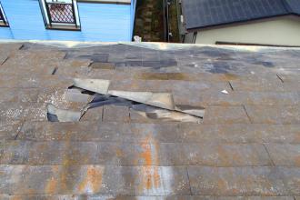 割れているスレート屋根