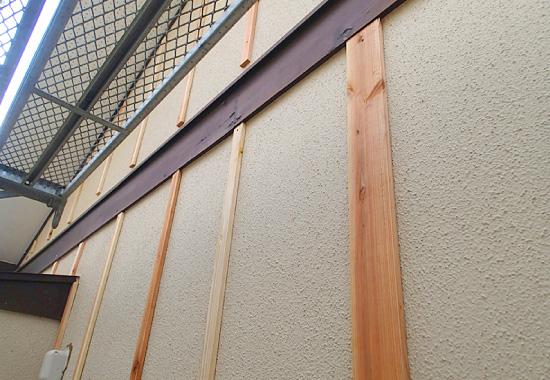 ガルバリウム鋼板での外壁カバー工事の様子