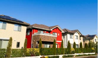 原色で塗られた外壁のお住まい
