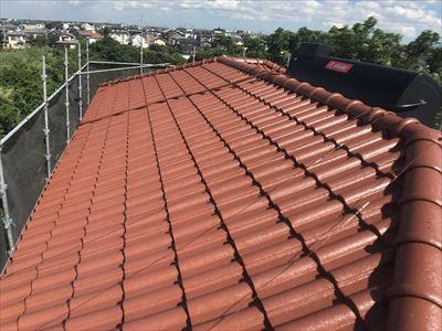四街道市鹿放ケ丘にてパラマウント瓦の旨取り直し工事と屋根塗装工事(シャインレッド)を実施