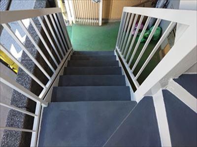 府中市白糸台のマンションにて鉄骨階段の穴あき補修及び塗装メンテナンスを実施
