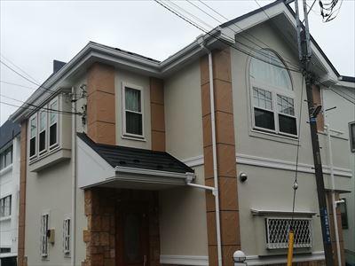大和市深見西にてパーフェクトトップ(ND-108・ND-343)で外壁塗装を実施、メリハリのある外観に