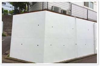 美しく塗装された塀