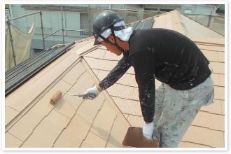 屋根を塗装している様子