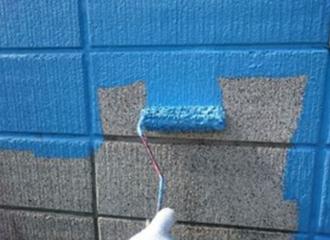 青色の塗料で中塗りを行う写真