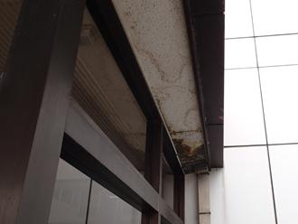 千葉県木更津市 屋根点検 陸屋根下の軒に雨染みができている